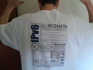 Didac P. Cuellar y su camiseta IPv6 SAGE Certified.
